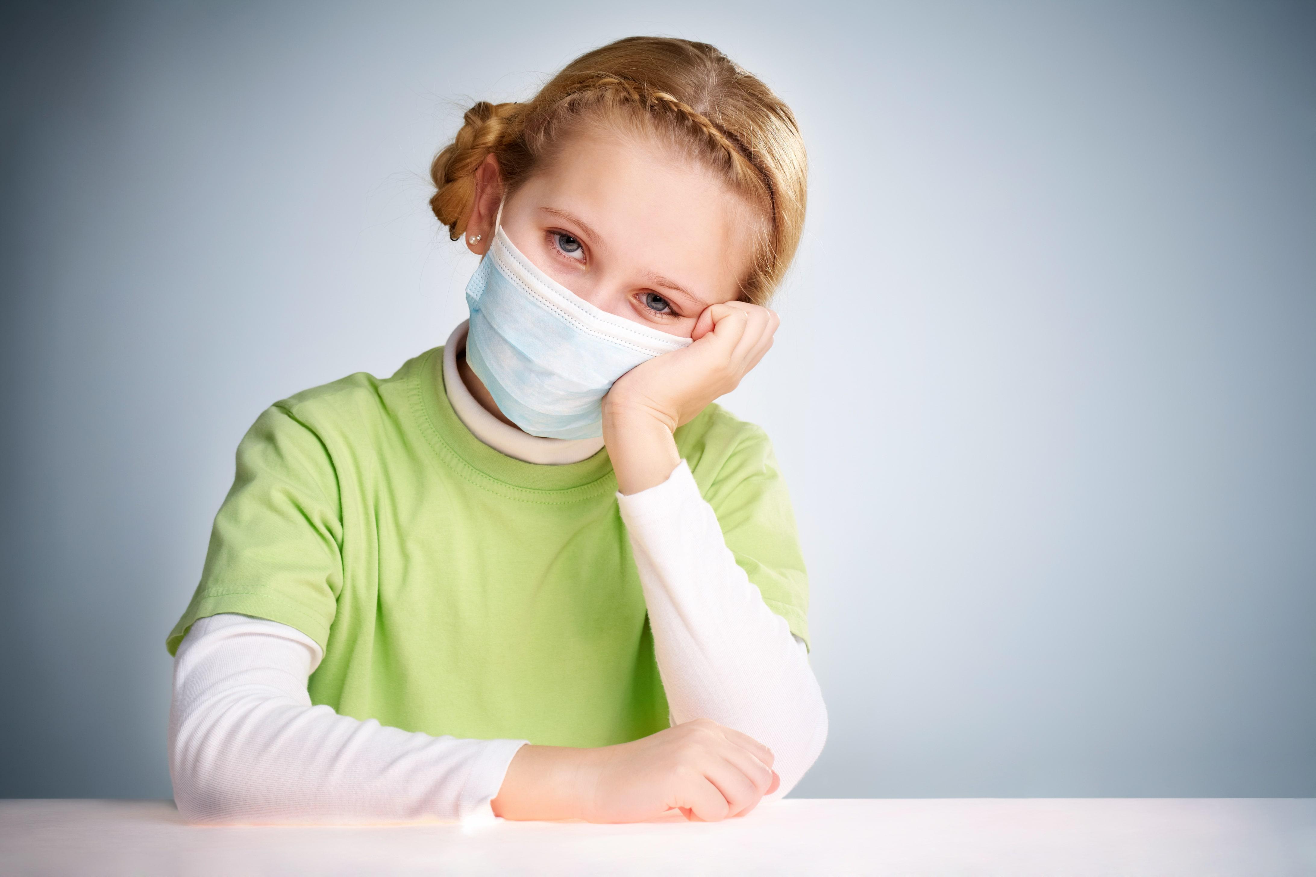 Больной ребенок в защитной маске